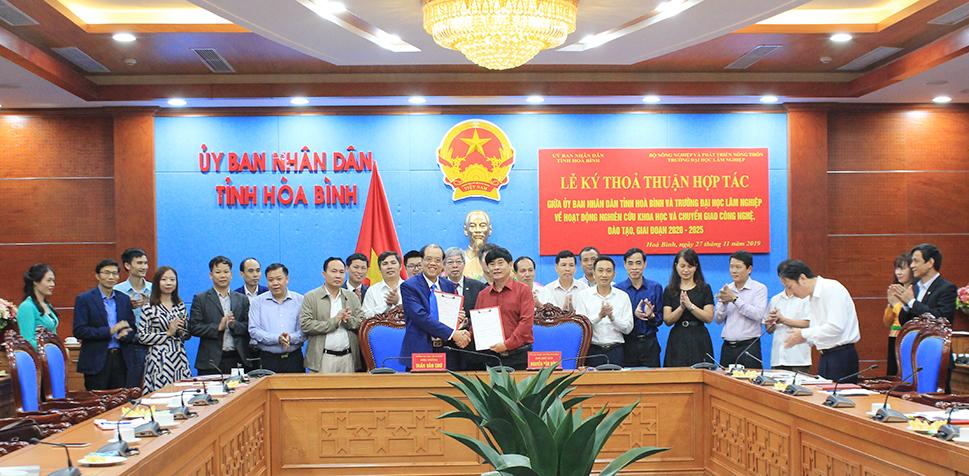 Đoàn công tác Trường Đại học Lâm nghiệp làm việc và ký kết biên bản ghi nhớ hợp tác với UBND tỉnh Hòa Bình
