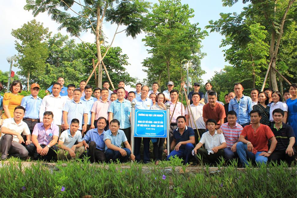 Trồng cây lưu niệm nhân dịp sinh viên k5 liên thông Điện Biên về thăm và triển khai kế hoạch tốt nghiệp