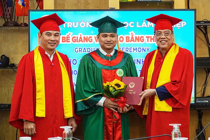 Lễ bế giảng và phát bằng thạc sĩ cho các lưu học sinh Lào chuyên ngành Lâm học và Quản lý Tài nguyên rừng