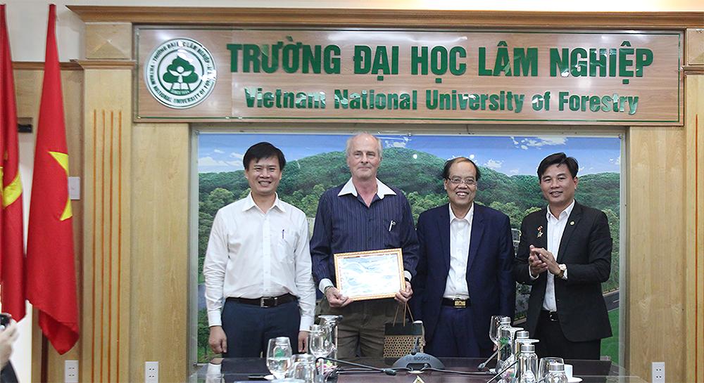 Lễ trao chứng nhận đóng góp cho chuyên gia GIZ