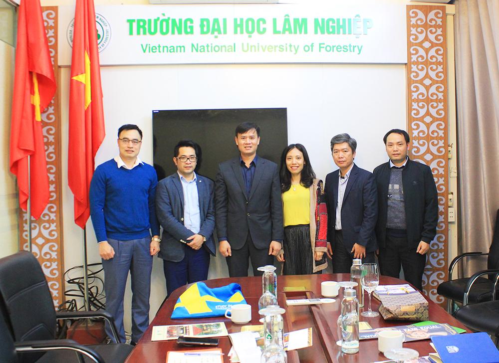 Tiếp và làm việc với lãnh đạo Văn phòng đại diện các trường Đại học Thụy Điển tại Việt Nam.