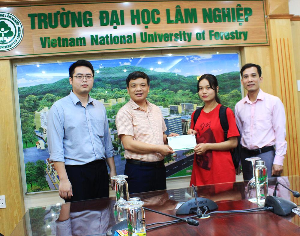 Trao học bổng cho sinh viên Sandar Kyaw - Myanmar