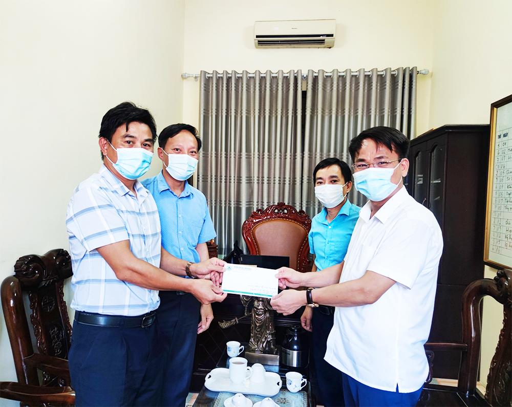 Trường Đại học Lâm nghiệp ủng hộ công tác phòng, chống dịch CoVid-19 tại thị trấn Xuân Mai, huyện Chương Mỹ, thành phố Hà Nội